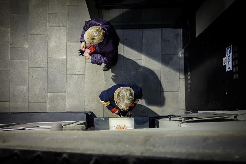 Dos señoras compran entradas en el Cine Maldà de Barcelona, tr