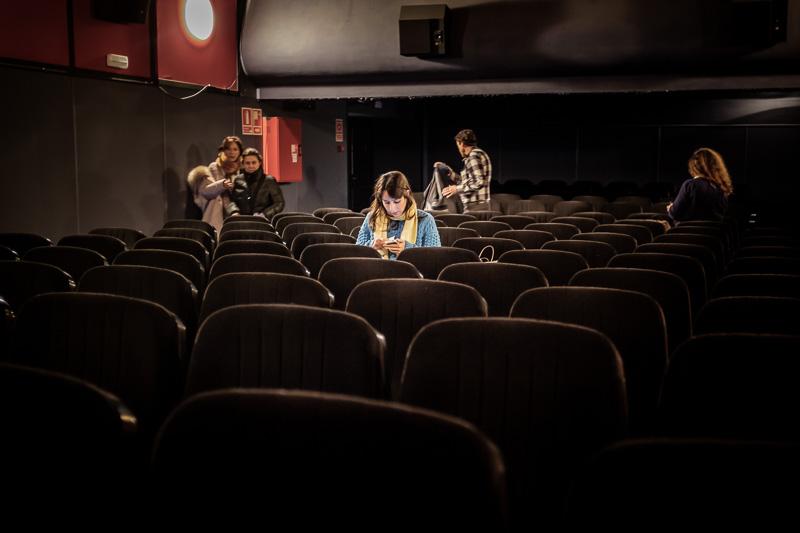 Una espectadora consulta el móvil entre sesiones en el Cine Mal
