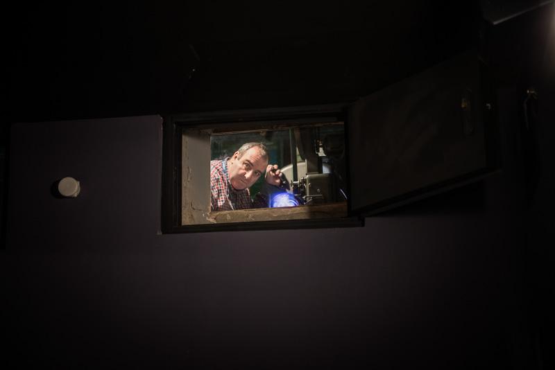 Xavi en la cabina de proyección del Cine Maldà de Barcelona, t