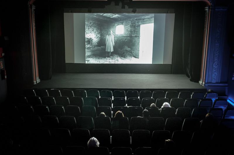 """La sala del cine medio vacia en la proyección de la película """""""