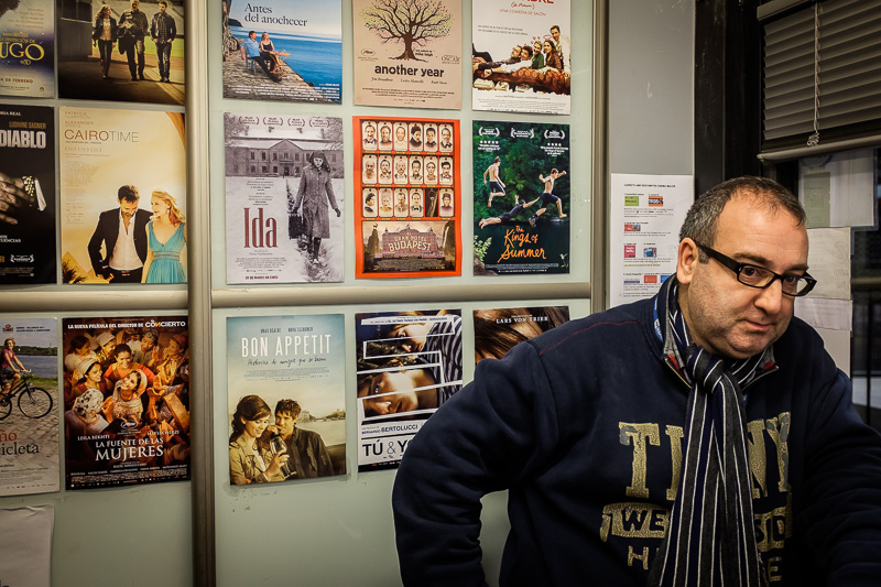 Xavi, gerente del Cine Maldà, dentro de la taquilla, tras la ll