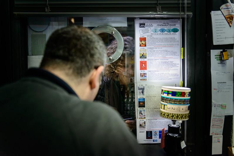 Xavi vendiendo una entrada desde dentro de la taquilla del Cine