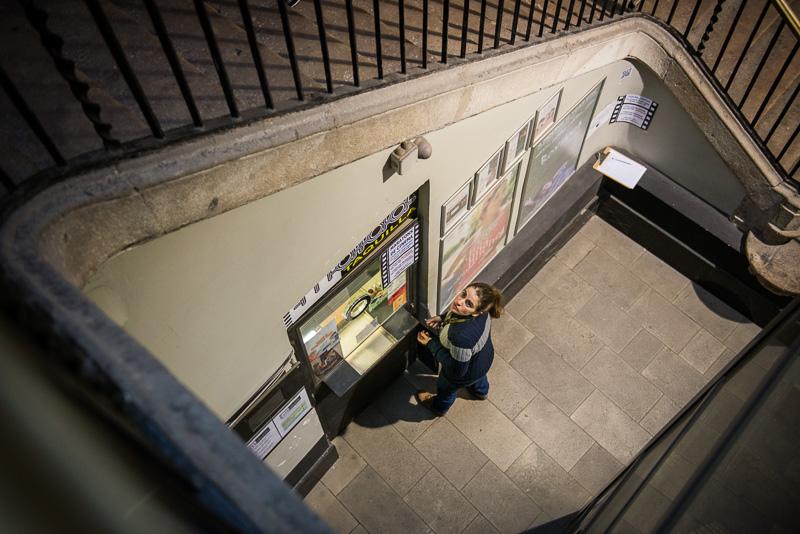 Natalia saliendo de la taquilla del Cine Maldà de Barcelona, tr