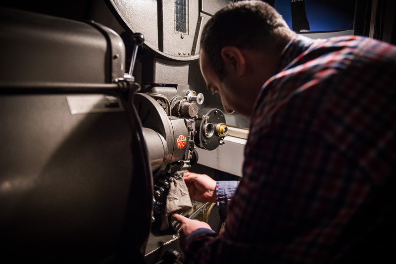 Xavi poniendo a punto el proyector de 35mm en el Cine Maldà de