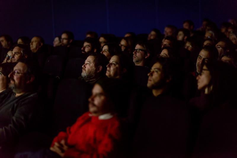 """Expectadores viendo el documental """"El último fotograma"""" en el C"""